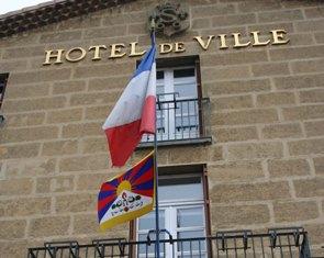 mairie-avec-drapeau-tibetain-4.JPG